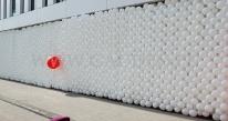 Uroczyste otwarcie nowego biurowca - recepcja budynku zasłonięta ścianą balonową.