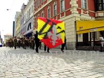Balonowa ściana na patriotycznym marszu z okazji odzyskania niepodległości.