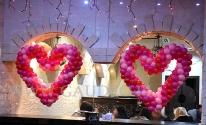 Serca balonowe na witrynach z okazji Walentynek.