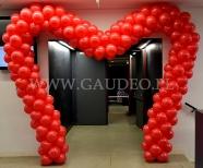 Serce z balonów jako brama nad wejściem.