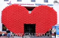 Balonowe serce jako dekoracja na otwarcie trzebnickiego ośrodka zdrowia.
