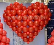 Serce z balonów na Walentynki w Leroy Merlin.
