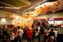 Siatka z balonami otwiera się i balony zaczynają wypadać.