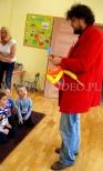Skręcanie balonów na urodzinach w przedszkolu.
