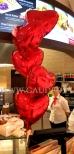 Walentynkowy stroik z balonów helowych jako dekoracja restauracji.