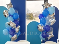 Balony z helem jako dekoracja stoiska na targi.