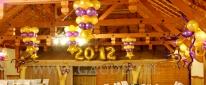 Stroiki balonowe podwieszone pod sufitem na balu sylwestrowym.