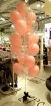 Balony z helem jako dekoracja w salonie Sinsay.