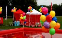 Balony z helem jako dekoracje na imprezie plenerowej.