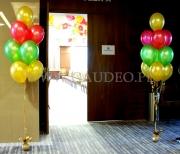 Stroiki z balonów helowych jako dekoracja wejścia.