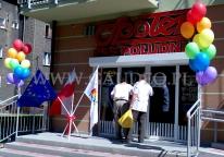 Dekoracja wejścia balonami z helem na otwarciu nowego sklepu sieci Społem we Wrocławiu.