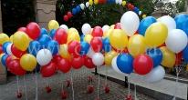 Balony z helem w pękach.