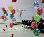 Balony z helem jako dekoracja imprezy mikołajkowej.
