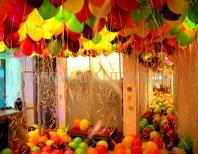 Cały sufit i podłoga zakryte balonami z helem i powietrzem jako dekoracja imprezy firmowej.