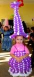 Sukienka z balonów dla dziewczynki na dziecięcy bal karnawałowy.