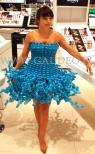 Hostessa w sukience z balonów na otwarciu nowego sklepu sieci Douglas.