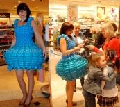 Suknia z balonów w czasie akcji promocyjnej w sklepie sieci Douglas.