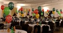 Balony z helem i nadrukiem jako dekoracja stołów na imprezie Mikołajkowej.