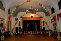 Świetlica domu kultury udekorowana balonami z helem na mikołajki.