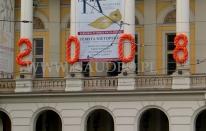 Sylwester w Operze Wrocławskiej - balonowe cyfry jako dekoracja budynku.