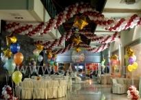 Sylwestrowe dekoracje balonowe w holu galerii.