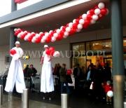 Rozdawanie balonów z nadrukiem założonych na patyczki na otwarciu nowego sklepu sieci Kaufland.