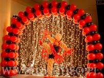 Tancerka z balonów dekorująca bal karnawałowy w stylu Moulin Rouge.