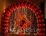 Tancerka z balonów na imprezie z tematem Moulin Rouge.