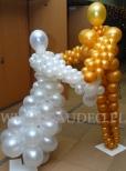 Tańcząca para wykonana z balonów na balu Sylwestrowym.