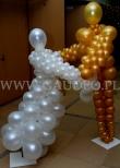 Tańcząca para wykonana z balonów na ostatnią noc roku.