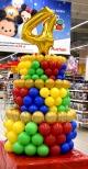 Balonowy tort jako dekoracja urodzinowa w Auchan.
