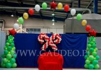 Tron dla Mikołaja i balonowe choinki na evencie świątecznym.