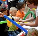 Uczymy dzieci tworzyć balonowe stwory.