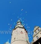 Ulatujące balony z helem po wypuszczeniu.