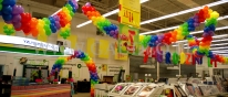 Urodzinowa dekoracja sklepu wykonana z balonów.