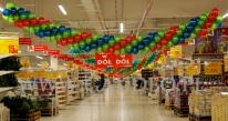 Urodzinowa dekoracja hipermarketu Auchan przy użyciu girland balonowych.