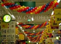 Urodziny supermarketu Auchan udekorowane girlandami balonowymi.
