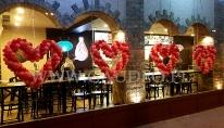 Warszawskie restauracje sieci Amrit udekorowane sercami z balonów.