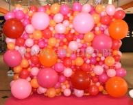 Ściana z balonów w Galerii Dominikańskiej z okazji Walentynek.