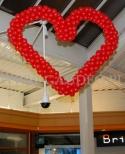 Walentynkowe serce z balonów dekorujące galerię Borek we Wrocławiu.