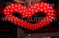 Walentynkowe serce balonowe zamontowane w kinie.