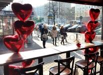 Balonowe serca helowe jako dekoracje Walentynkowa w Warszawskim lokalu Amrit Kebab.