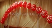 Walentynkowy łuk z balonów helowych.