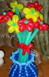 Wazon balonowy z kwiatkami balonowymi.
