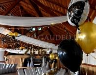 Wiejska karczma udekorowana balonami z helem na sylwestra.