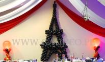 Wieża Eifla wykonana z balonów na balu karnawałowym.