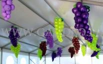Winogrona z balonów jako dekoracja na Winobraniu w Zielonej Górze.