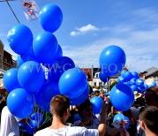 Balony z helem rozdawane uczestnikom imprezy.