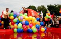 Zrzucanie balonów do basenu.