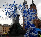 Balony helowe wylatują z siatki.